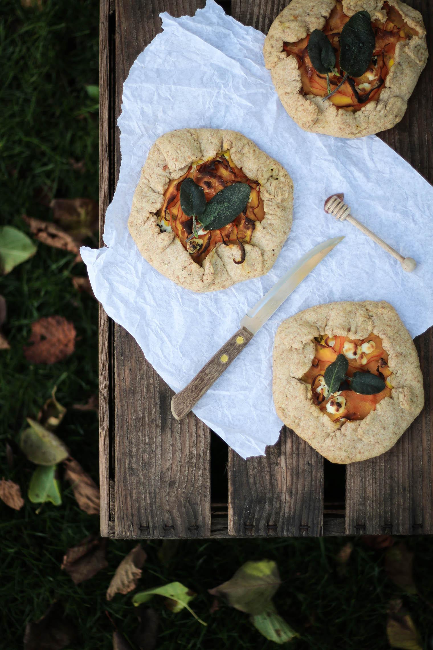 Kürbisgalettes mit Ziegenfrischkäse & frittiertem Salbei {flowers on my plate}