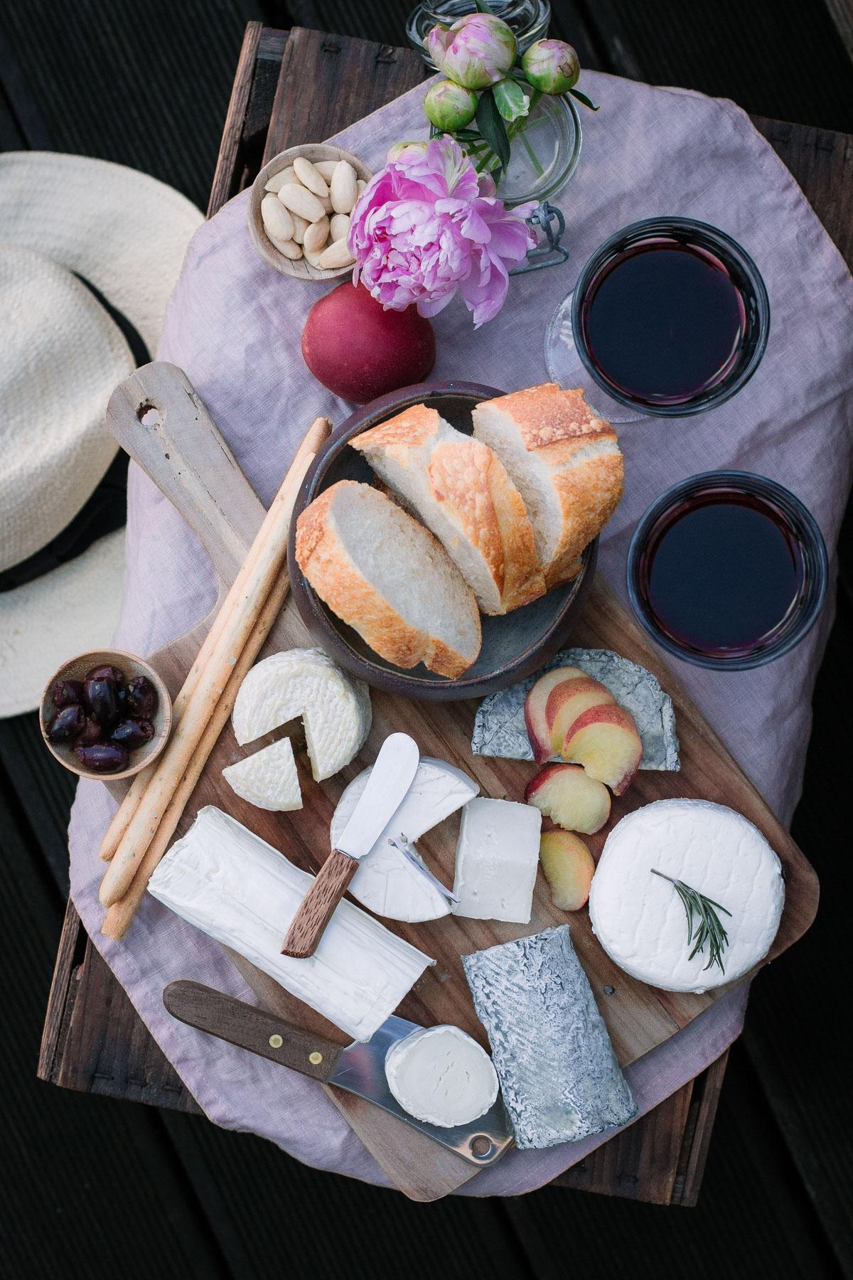 Ziegenkäse mit Baguette und Wein