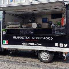 Logo - Wallet Pizza - Hier gibt es die originale Neapolitanische Pizza. Belegt wird sie nur mit italienischen Zutaten und gebacken in unserem Holzsteinofen.