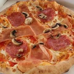 Echte Holzsteinofen-Pizza