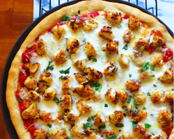 بيتزا دجاج بالجبنة البارميزان