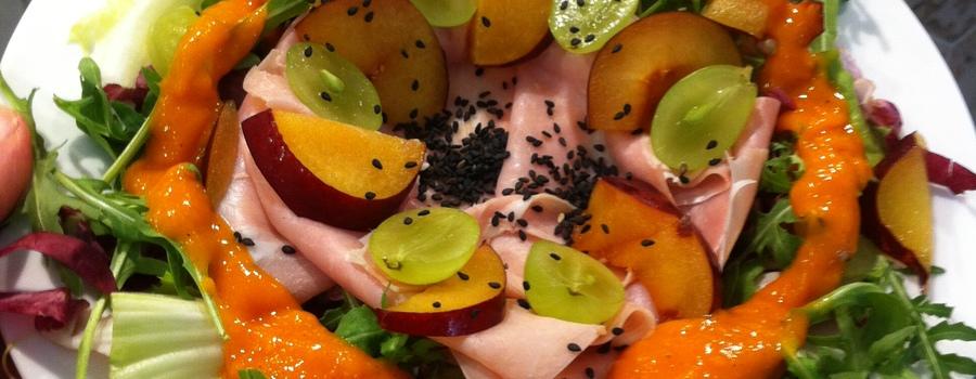 Insalata con prosciutto  uva  e dressing di frutta