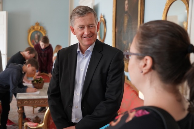 Sveriges ambassadör Anders Ahnild i samspråk med läraren Anette Wasenius från lågstadieskolan Lauttasaaren Ala-aste.