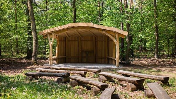 Holzhütte am Andachtsplatz im FriedWald Nuthetal-Parforceheide