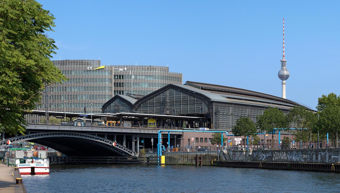 Bahnhof_Berlin_Friedrichstraße_-_Detailansicht.jpg