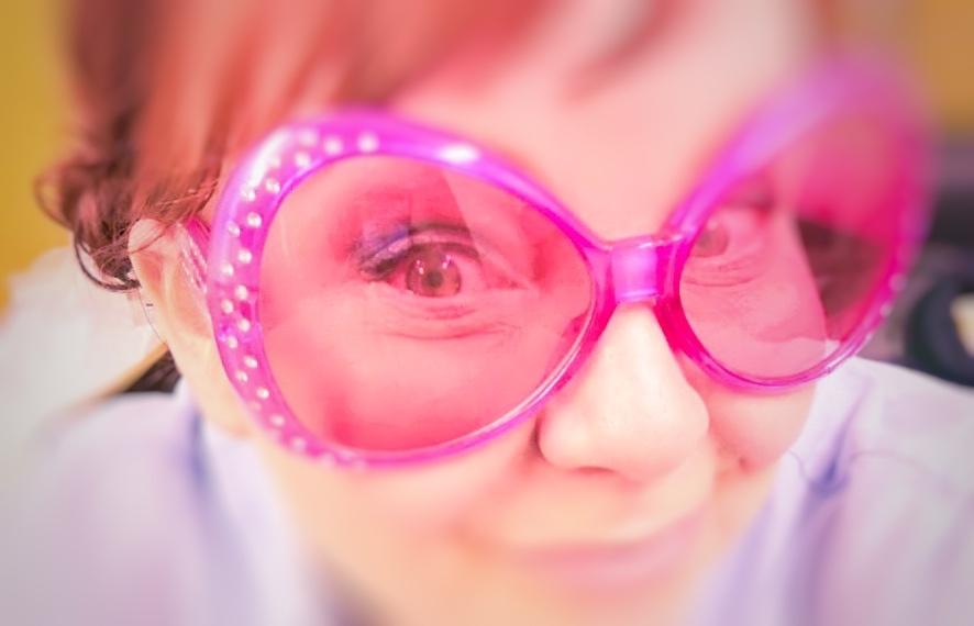 Vaaleanpunaiset lasit — improvisoitu näytelmä