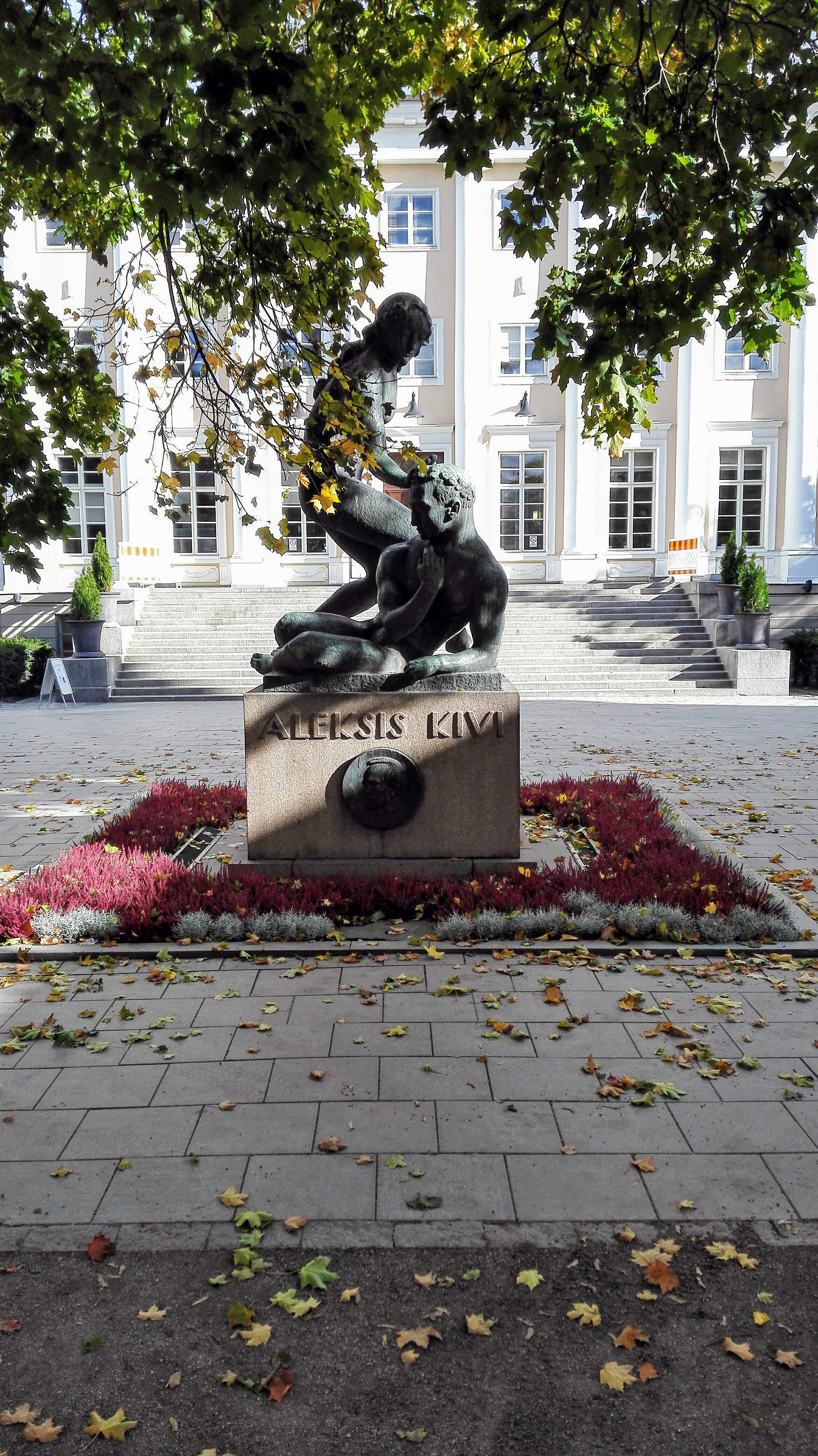 Juhlahetki Aleksis Kiven muistomerkillä