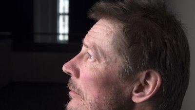 Kirjailija Juha Hurme saapuu kertomaan ja keskustelemaan Finlandia-palkitun Niemi-teoksensa pohjalta kalevalaisuudesta ja runonlaulajista.