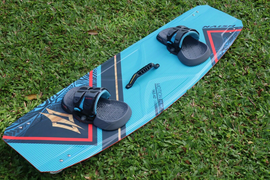 Naish Motion Kiteboard Twin Tip 142 x 42 with Apex Bindings with fins and handle