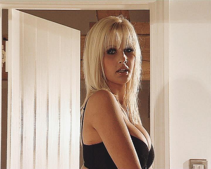 Девушка в черном бикини