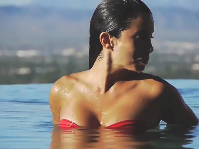 Прекрасная брюнетка в бассейне