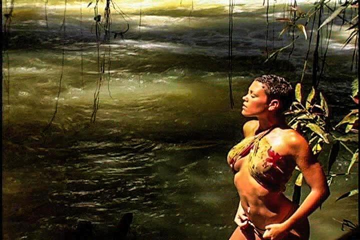 Красотка в воде у водопада