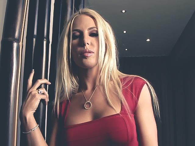 Блондинка с возбуждающим взглядом