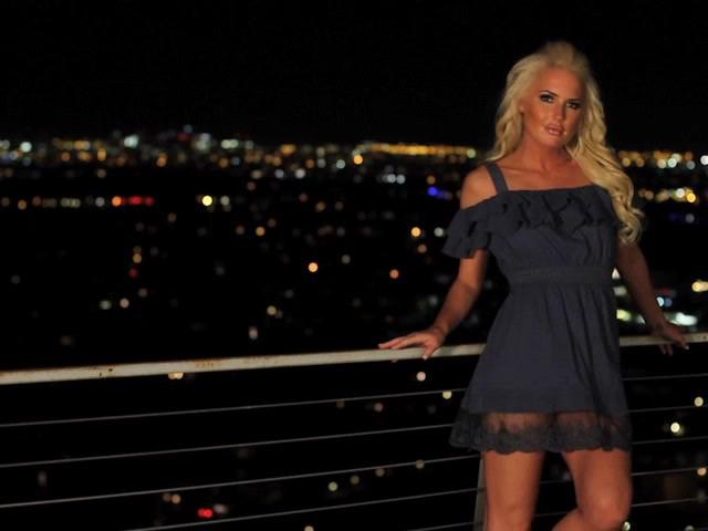 Гламурная блондинка на ночной фото сессии