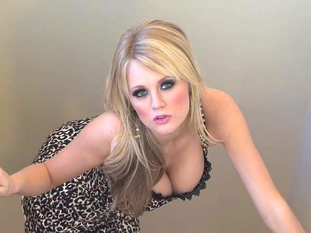 Пышная грудь молодой блондинки