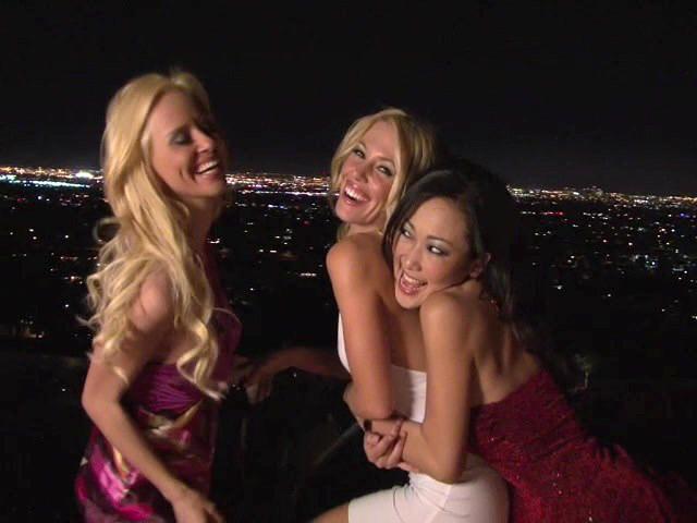 Три сексуальные дамочки в вечерних платьях