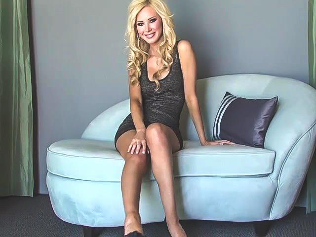 Красивая блондинка на диванчике