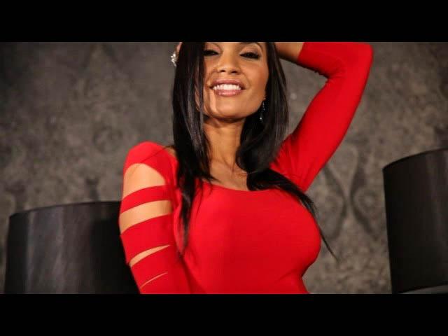 Брюнеточка в шикарном красном платье