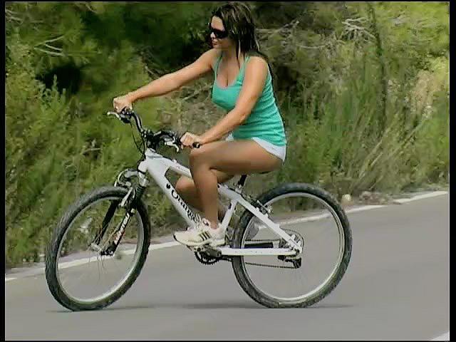 Велосипедистка с пышными формами