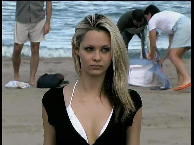 Красивенькая девчонка на пляже и дома в душе