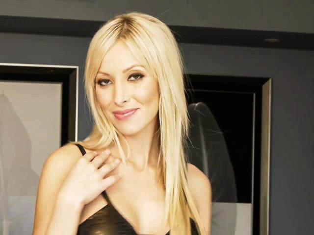 Миленькая блондинка в вечернем платье