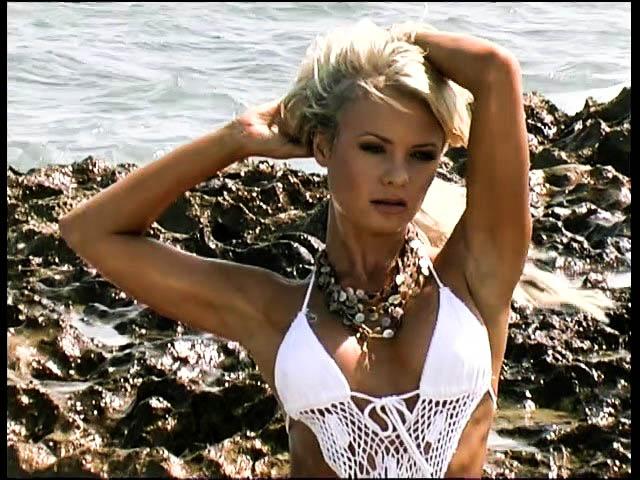 Привлекательная блондинка на эротической фото сессии