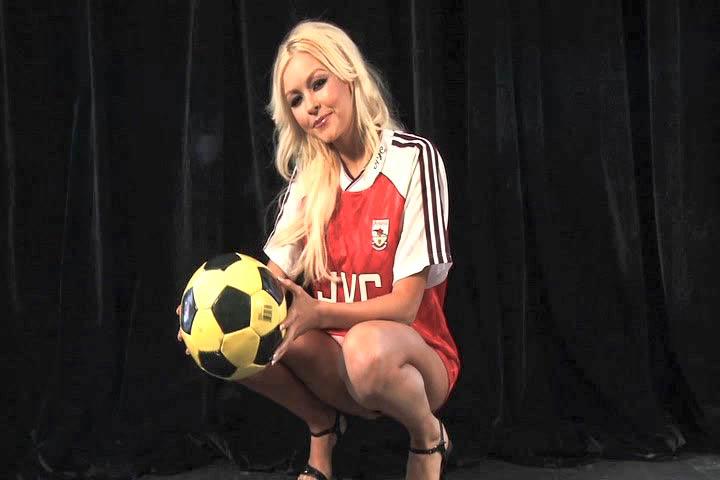 Стройная блондинка в трусиках и футболке