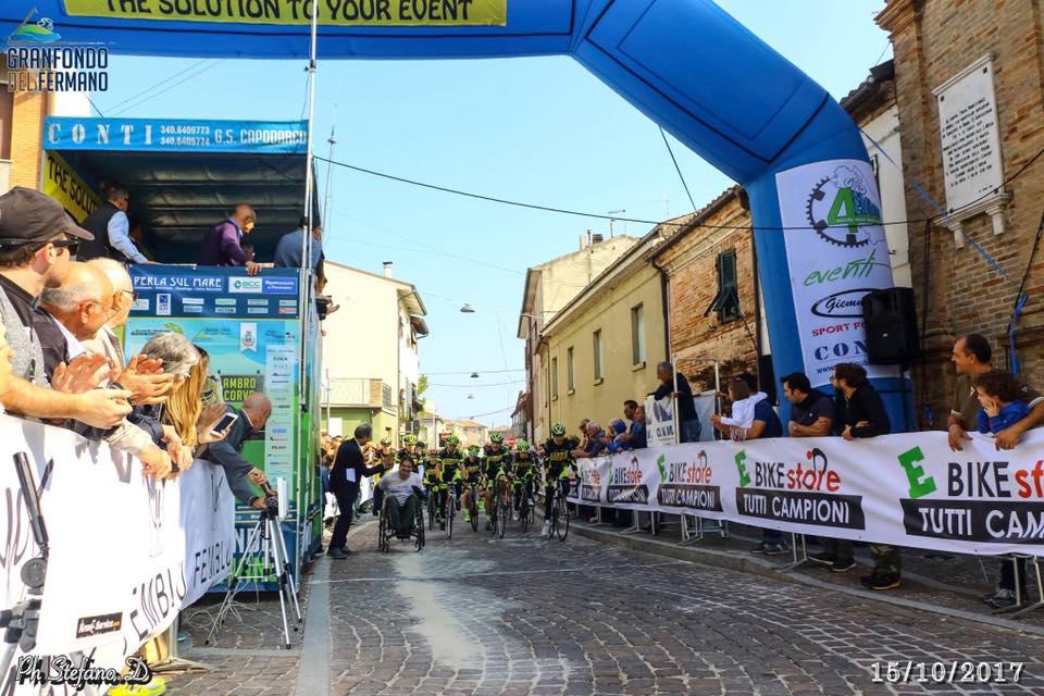 Luca Panichi, lo scalatore in carrozzina, che taglia il traguardo insieme ai ragazzi della OP Bike Porto Sant'Elpidio