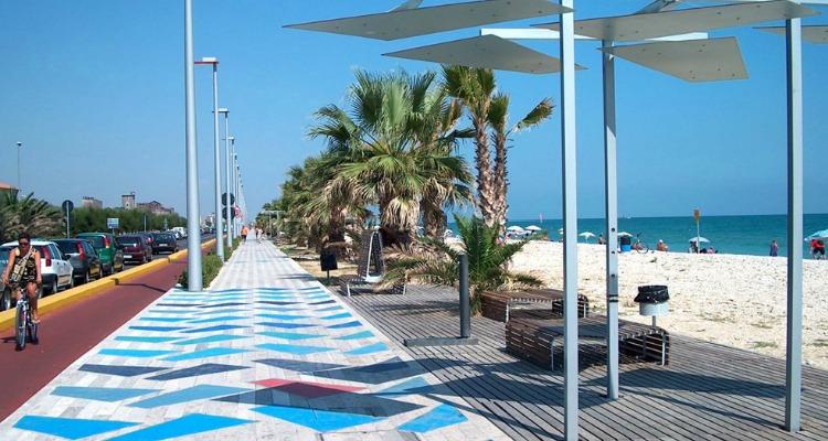 Il lungomare e la pista ciclabile di Porto Sant'Elpidio, con il mare a due passi