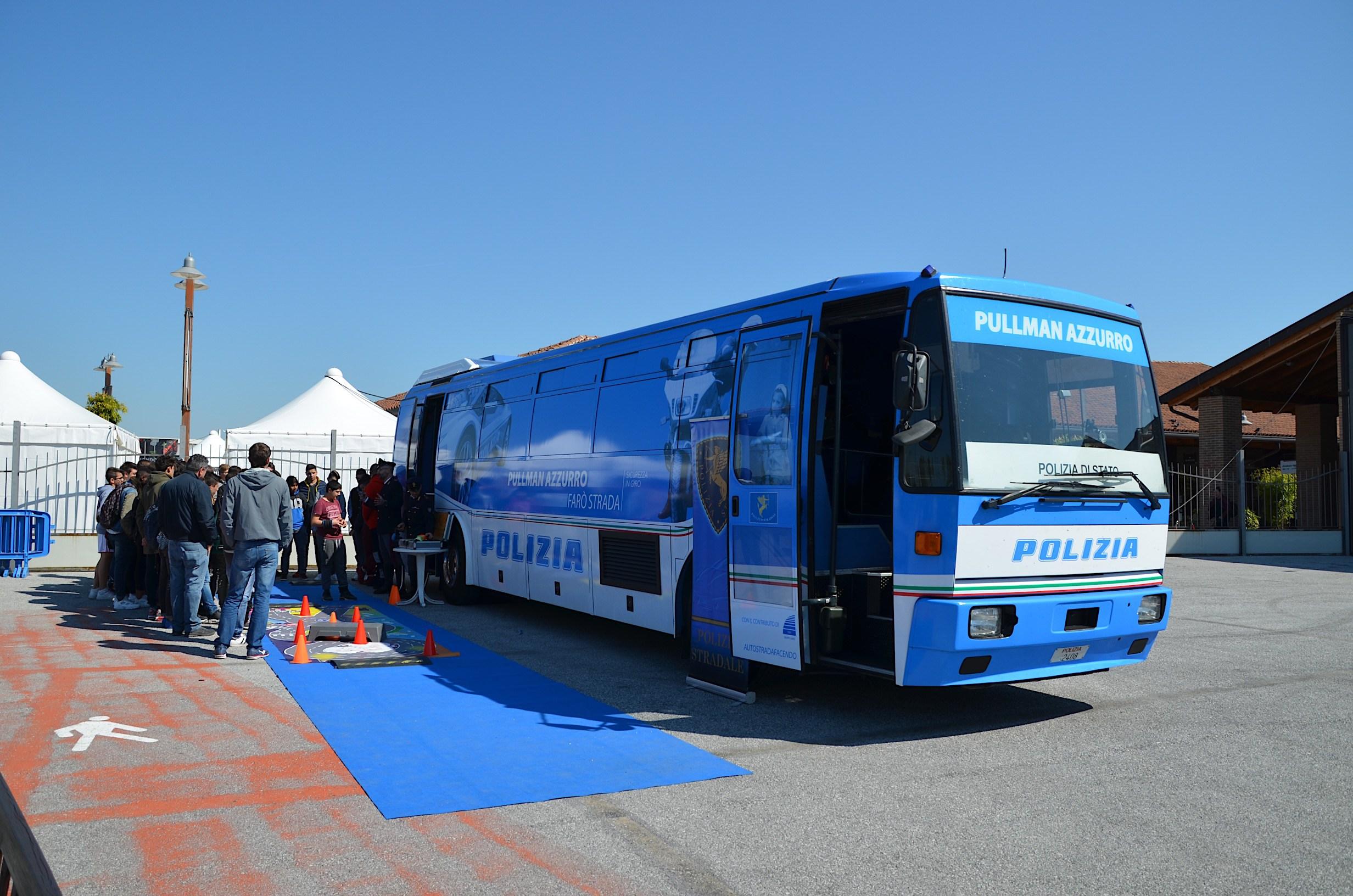 Il pullman azzurro della Polizia Stradale a Porto Sant'Elpidio per il Meeting Nazionale dei Giovanissimi FCI