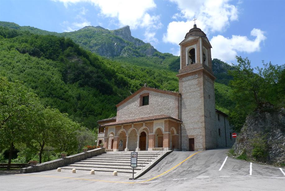 Il Santuario della Madonna dell'Ambro, partenza agonistica della Gran Fondo del Fermano, per tutti gli appassionati di ciclismo e della bellissima natura incontaminata del Parco Nazionale dei Monti Sibillini, domenica 15 ottobre