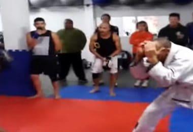 Un team di BJJ chiede a un team di Muay Thai di fare una sfida amichevole. 12