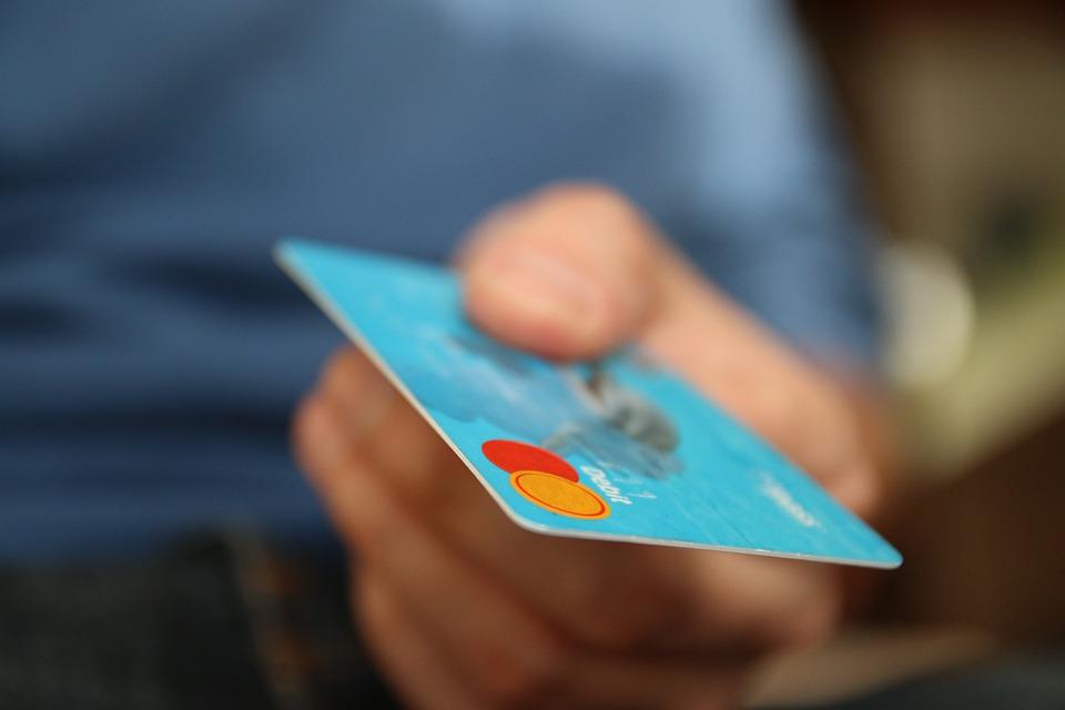 Jak świadomie korzystać ze służbowej karty płatniczej?