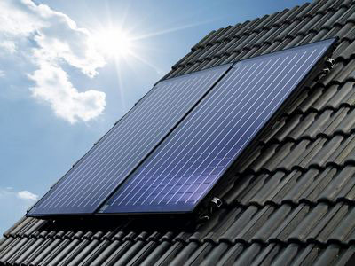 Mit einer Solaranlage Warmwasser erzeugen und Heizkosten senken. FIRMA