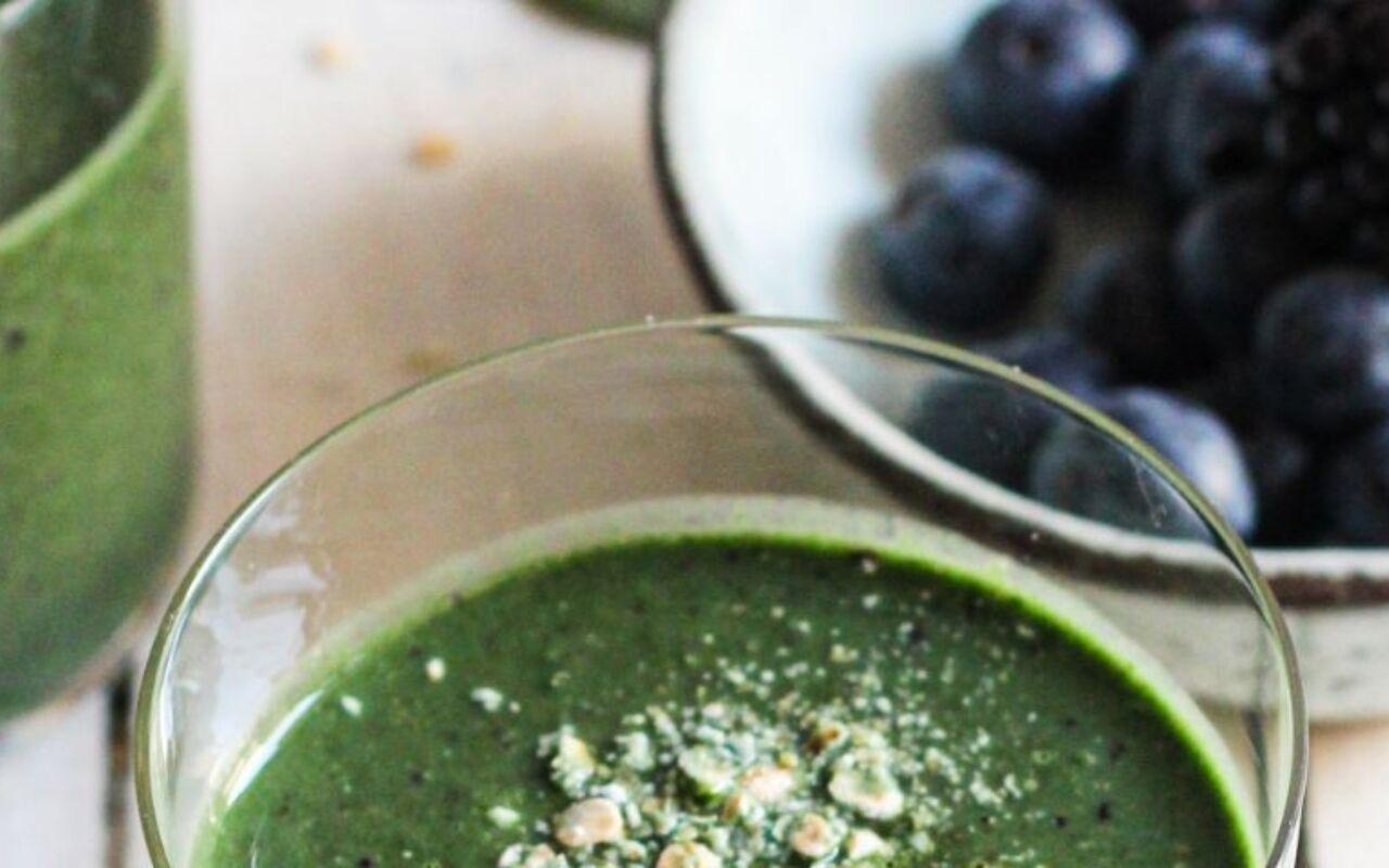 Groene smoothie met blauwe bessen, havermout en spinazie