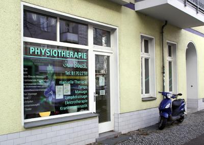 Außenansicht der Physiotherapie Ines Bönsch in der Karl Kunger Straße in Berlin