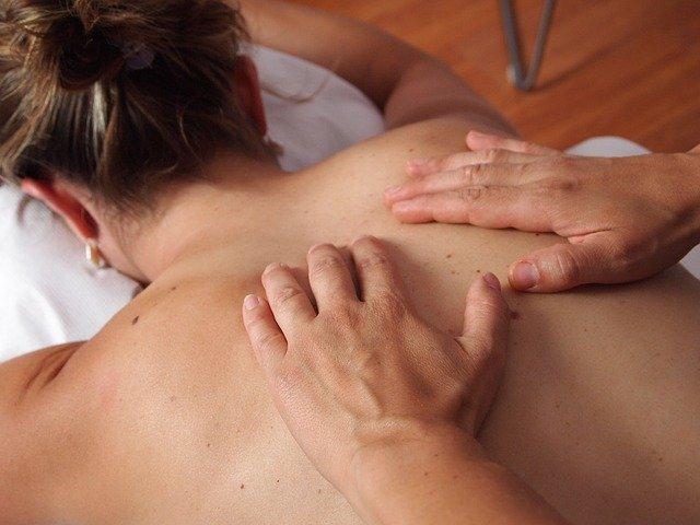 Physiotherapeutische Massage auf Behandlungsbank
