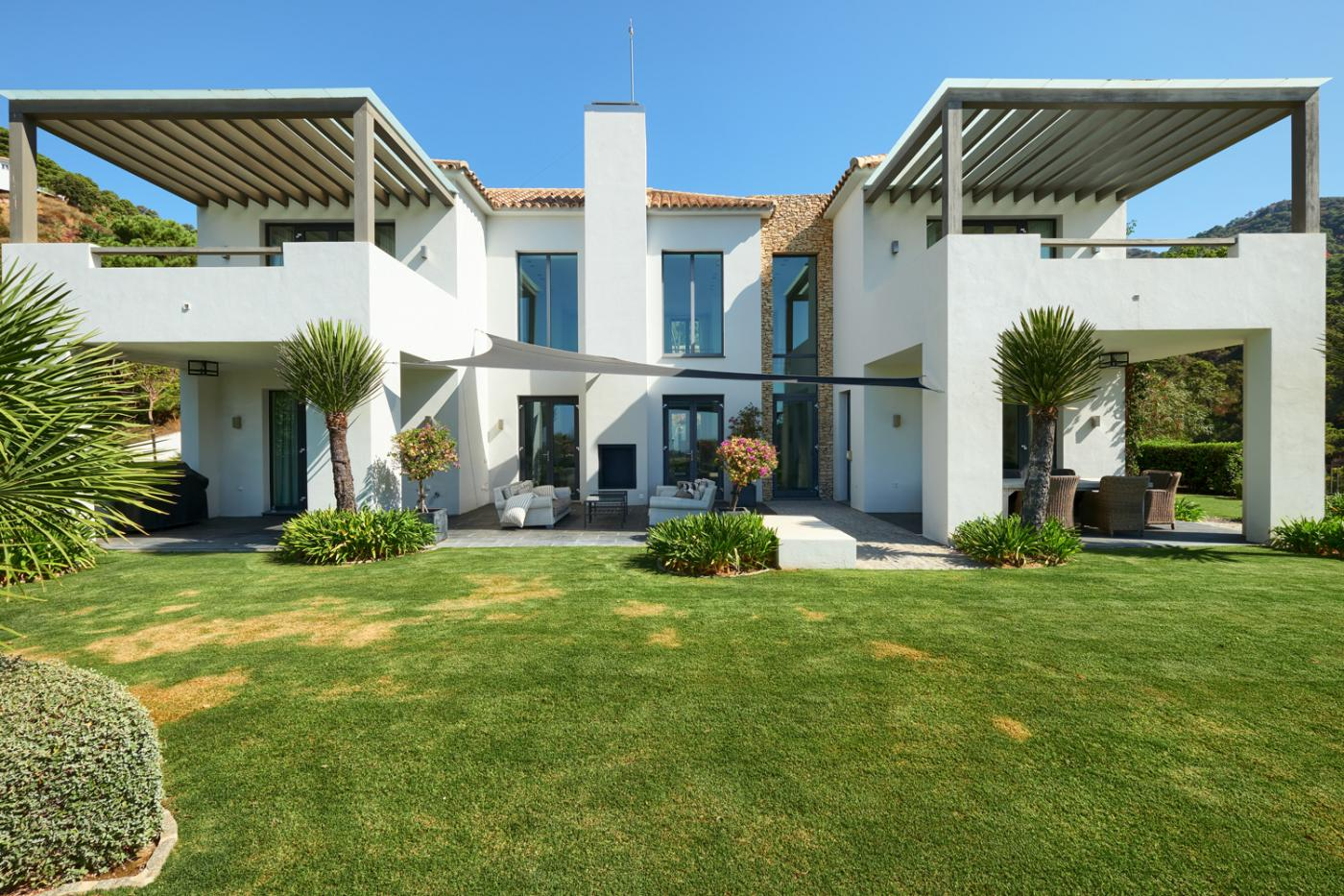 4 Bedroom Coastal Property Country Style Living for Sale in Benahavis