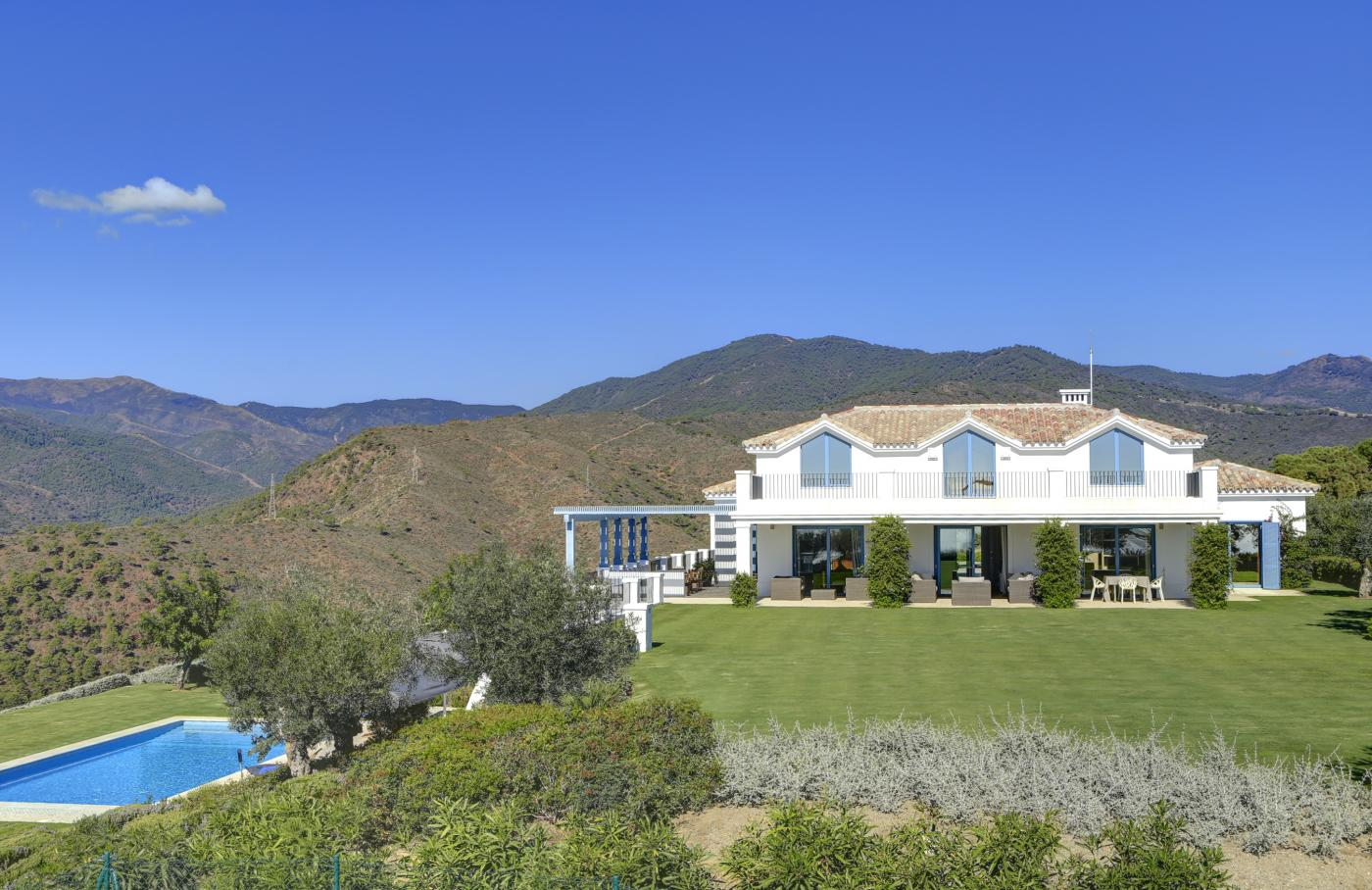 5 Bedroom Coastal Property Country Style Living for Sale in Benahavis