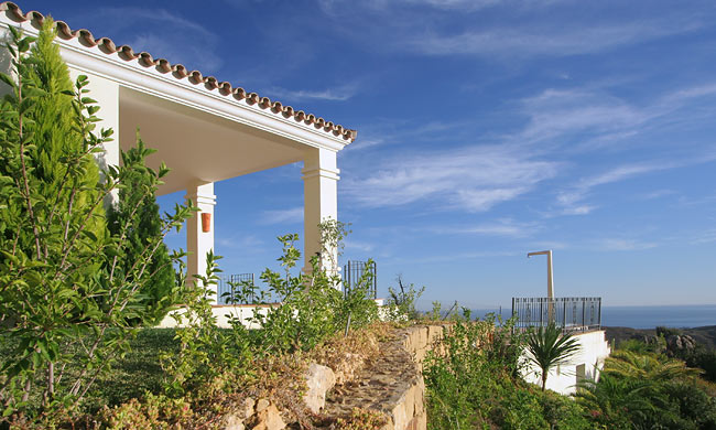 6 Bedroom Coastal Property Country Style Living for Sale in Benahavis