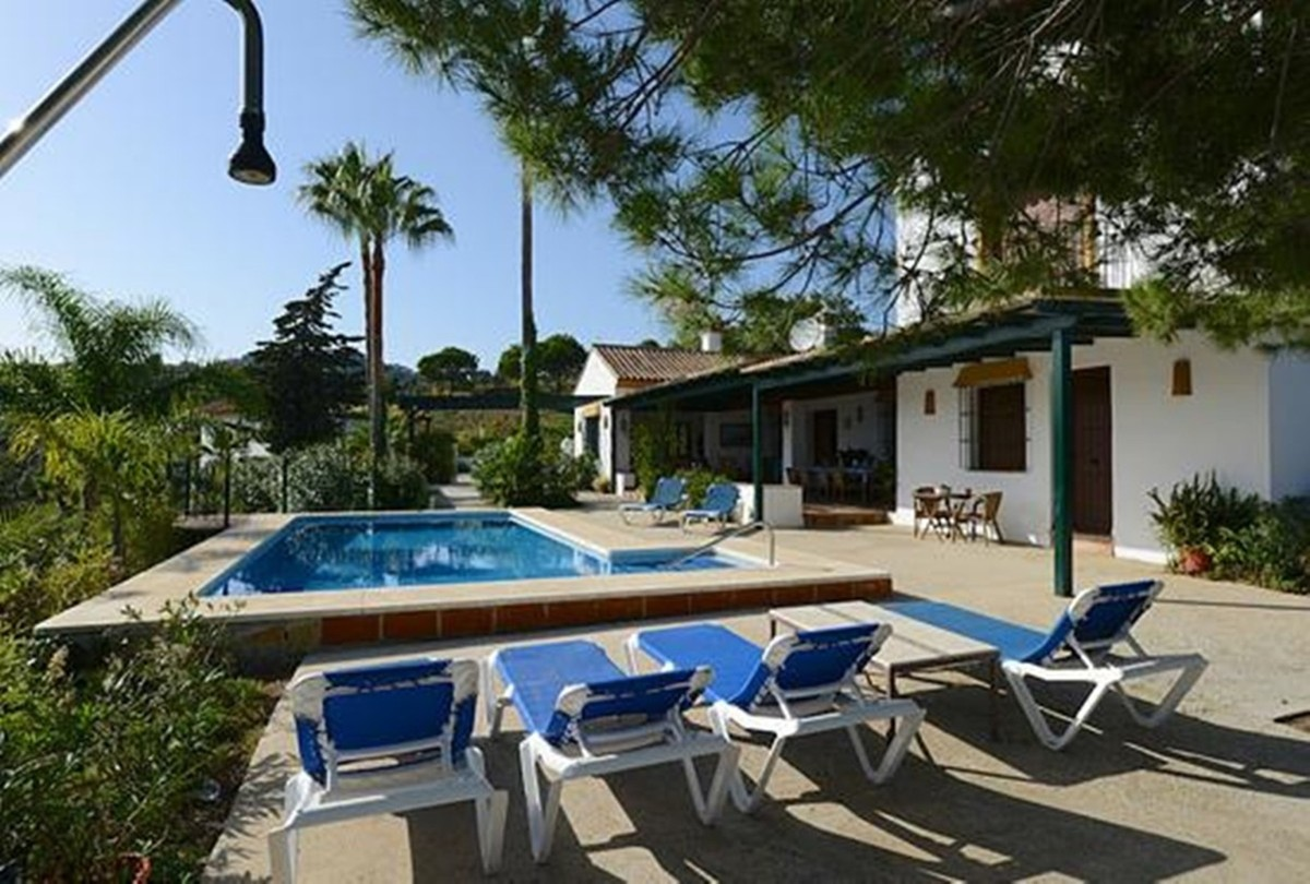 6 Bedroom Coastal Property Country Style Living for Sale in Marbella