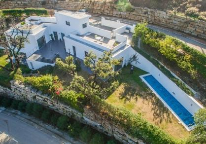 4 Bedroom Coastal Property Country Style Living for Sale in Marbella