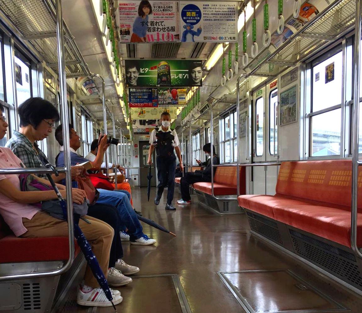 japonia metro japończycy maseczka iglawpodrozy strój