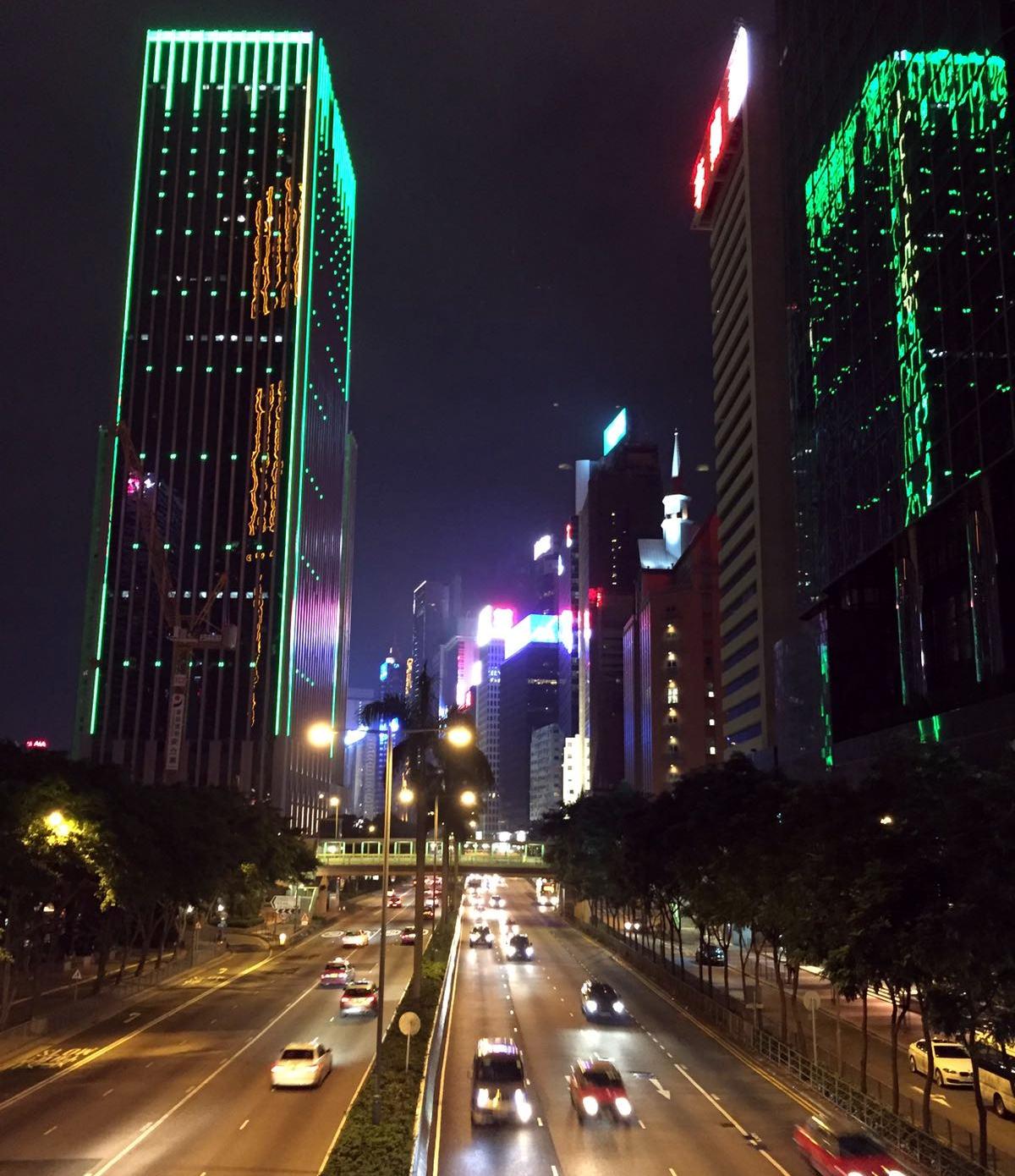 hongkong noc citybynight ulice wiezowce iglawpodrozy