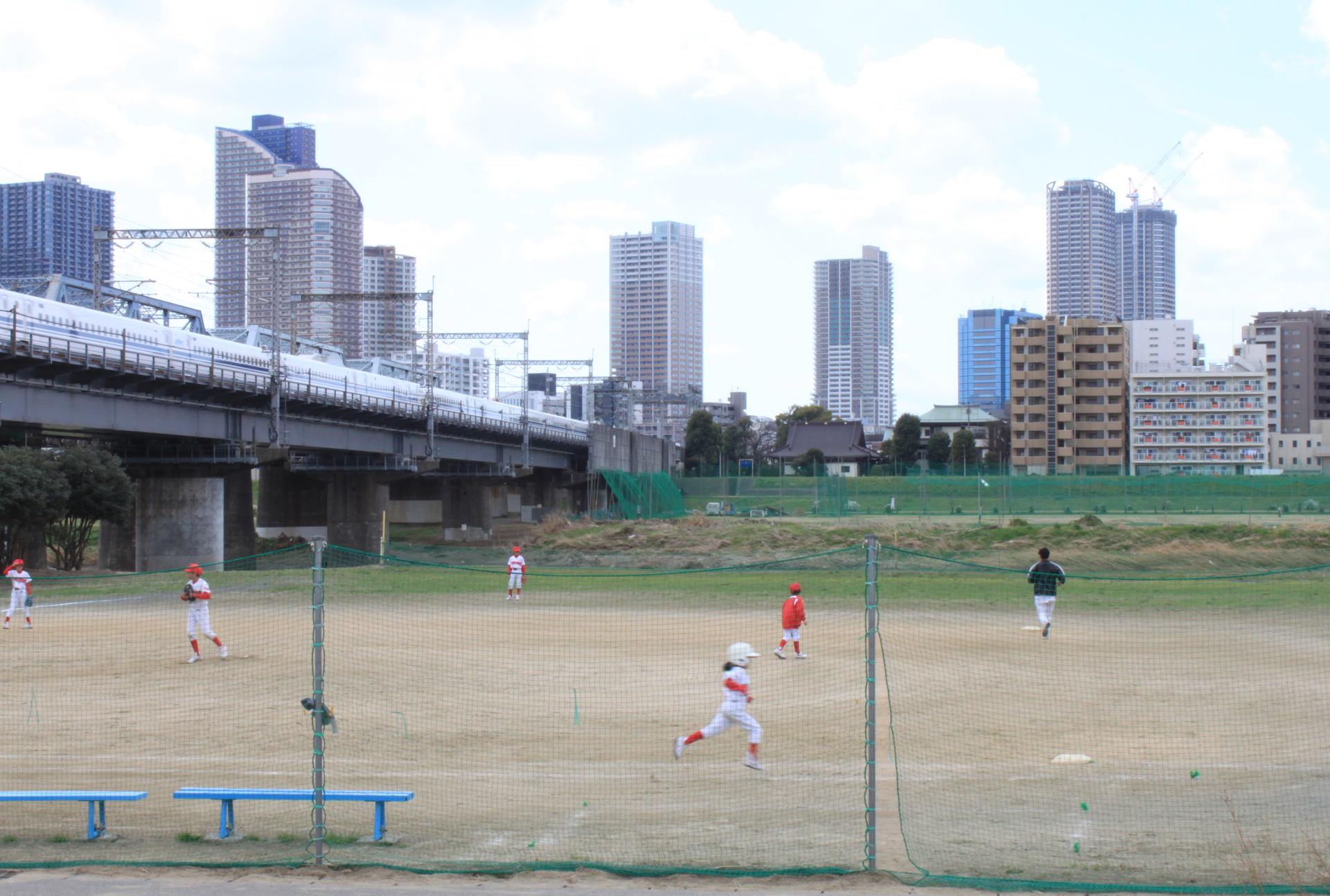 boiska sportowe wzdłuż rzeki Tamagawa w Tokio iglawpodrozy