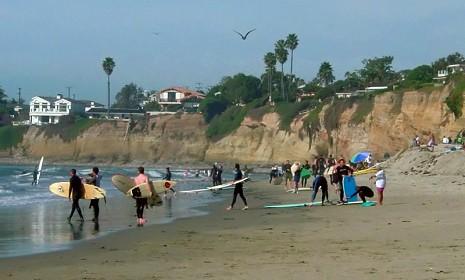 Surfers sulla spiaggia del Pacifico di San Diego