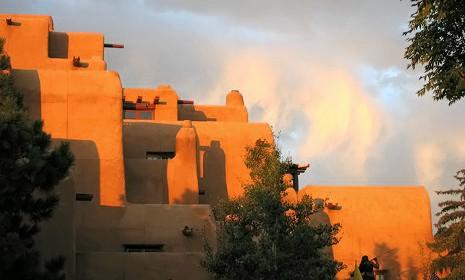 Edificio in stile Pueblo Revival vicino alla Plaza di Santa Fe