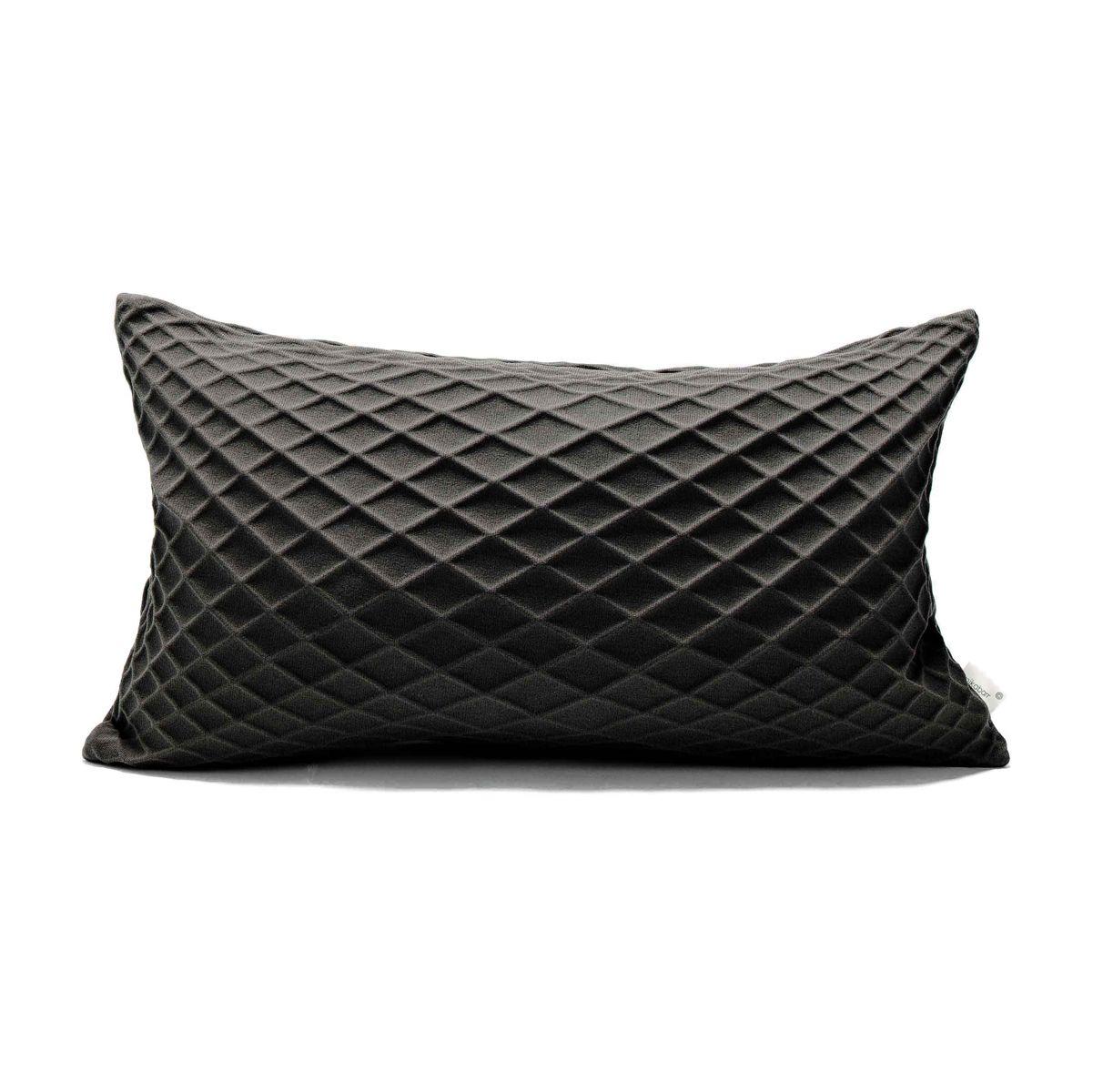 כרית מלבנית שחורה עם הדפס גאומטרי תלת מימדי