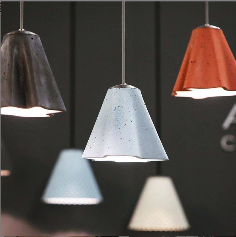 stem מנורה תלויה מבטון בצבע תכלת