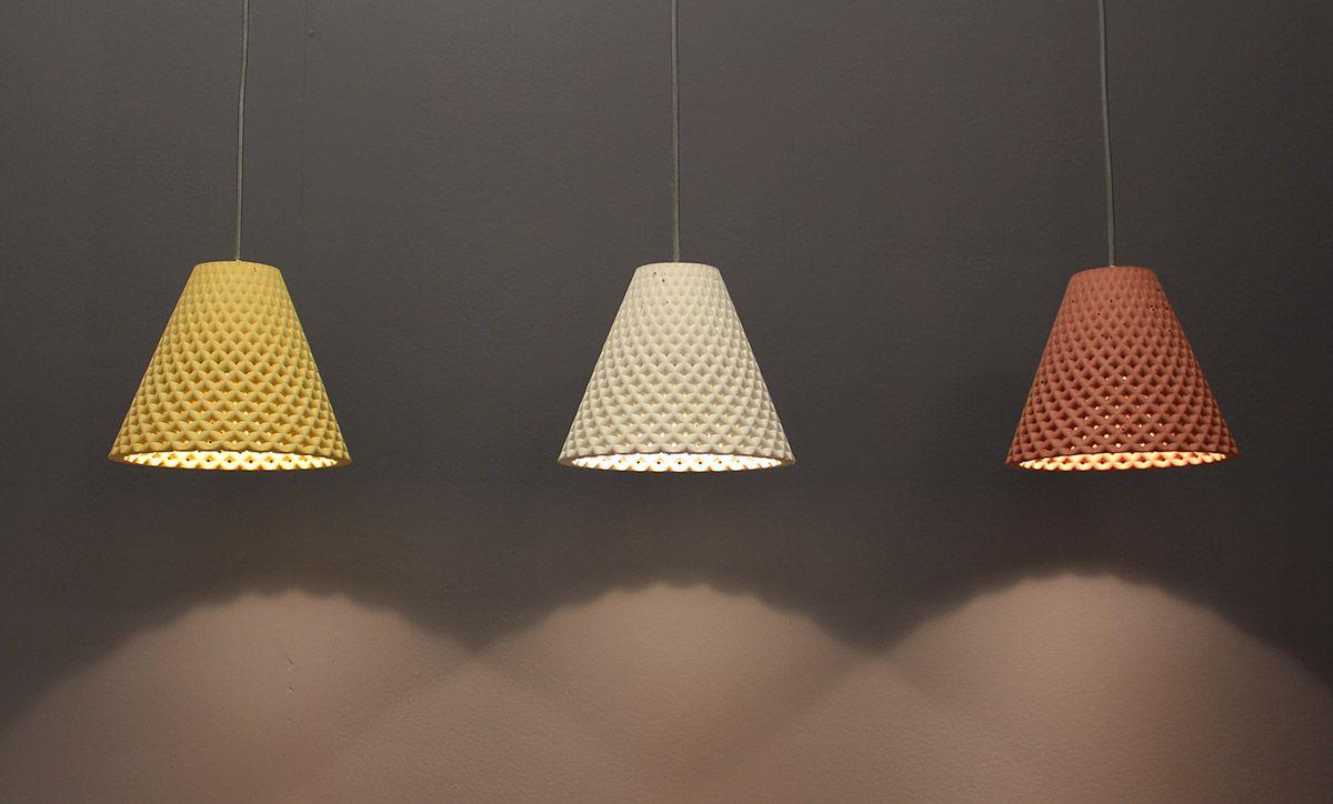HELIA מנורה תלויה מבטון בצבע חמרה בהשראת פרח החמניה.